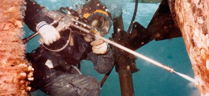 underwater-worker